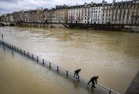 Наводнения в Югозападна Франция, река Сена заля мост в Париж (Снимки)