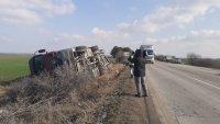 Силният вятър обърна камиони в Русенско