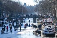 Ентусиасти караха кънки върху заледения канал в Амстердам