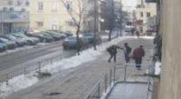 Вижте как парчета лед падат върху главата на жена в София (ВИДЕО)