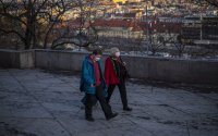 В Чехия става задължително носенето на две маски