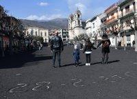 Вулканична пепел по улици в Сицилия след изригването на Етна