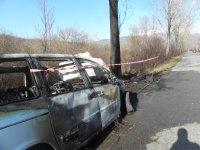 снимка 3 Мъж е с опасност за живота, след като колата му се заби в дърво и изгоря