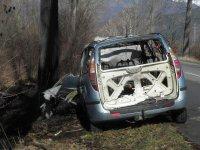 снимка 1 Мъж е с опасност за живота, след като колата му се заби в дърво и изгоря