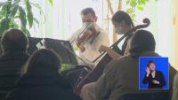 Цигуларката Цветина Панайотова помага с музиката си в психиатрично отделение