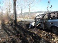 снимка 4 Мъж е с опасност за живота, след като колата му се заби в дърво и изгоря