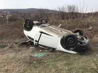 Издирват шофьор, обърнал кола в Пловдивско и избягал