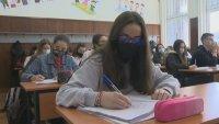 След повече от 4 месеца: Учениците от 9. клас се върнаха в класните стаи