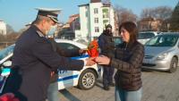 Полицията в Пловдив подарява цвете на жените шофьори