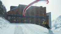 Парапланерист сътвори зимно шоу между небето и снега
