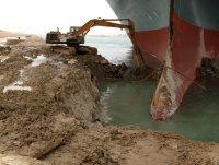 Суецкият канал е блокиран трети ден заради заседнал кораб