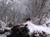 Работник оцеля по чудо, след като багерът му падна от 400 метра в дере