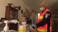 Във Франция пожарникари имунизират по домовете срещу COVID-19