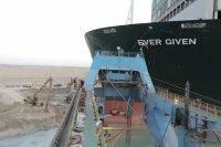 Освободиха частично контейнеровоза от Суецкия канал