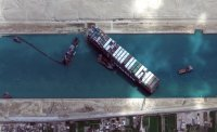 Близо 370 кораба чакат от двете страни на Суецкия канал