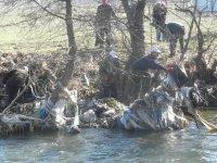 Доброволци почистиха коритото на река Места край Белица