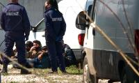 Ексклузивни кадри: Заловиха голяма група нелегални мигранти край Пловдив
