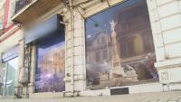 Витрините на фалирали магазини в Русе са облепени с пана със символите на града