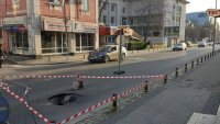 Голяма дупка зейна на пловдивска улица