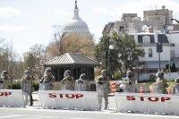 Конгресът на САЩ е под блокада, загинал е полицай (СНИМКИ)