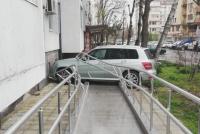 Кола се заби в жилищен блок в Бургас