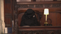 Кралица Елизабет Втора и принц Хари - двете самотни фигури на погребението на Филип