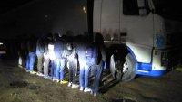 Гранични полицаи задържаха шофьор с укрити в тайник 11 бежанци