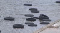 """Изчистиха """"плаващите"""" гуми от Слатинска река"""