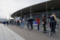 """Дълги опашки се извиха пред """"Стад дьо Франс"""" за ваксини"""