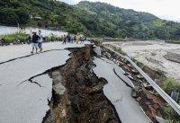 Най-малко 76 души са загинали при наводнения и свлачища в Индонезия