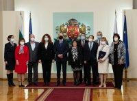 Румен Радев връчи Почетния знак на 15 изявени медици и здравни специалисти