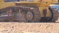 """Разорани дюни: Багер заравнява плажа на """"Каваците"""""""
