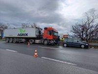 Двама души са в болница след сблъсък на кола и ТИР край Шумен