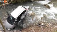 Кола излетя от пътя и падна в р. Лева край Враца