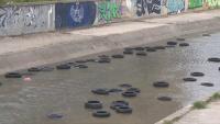 """Над 70 гуми """"плуват"""" в река Слатинска в София"""