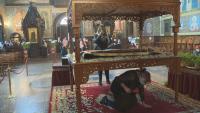 Във всички православни храмове в страната беше изнесена Христовата плащеница (ОБЗОР)