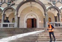 Мият пространствата около храмове и църкви за Великден (Снимки)