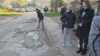 """Жители на """"Ботунец"""" сами запълват дупките по улиците в квартала"""