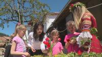 На Цветница деца и възрастни се учиха да плетат венци в село Раждавица