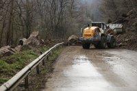 снимка 3 Свлачище затвори пътя между София и Самоков