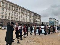 Два ансамбъла извиха хоро пред МС с призив за държавна подкрепа