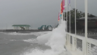 Тайфунът Суригае връхлетя Филипините и предизвика силни вълни