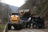снимка 2 Свлачище затвори пътя между София и Самоков