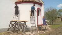Дамска бригада боядисва църквата в село Чучулигово