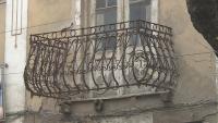 Тераса без дъно виси над тротоар на оживена улица в Благоевград