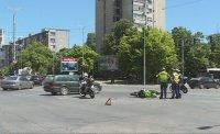 Катастрофа с моторист затрудни движението на натоварено кръстовище в Пловдив