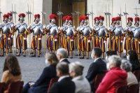 снимка 1 Нови швейцарски гвардейци положиха клетва за вярност към папата във Ватикана (Снимки)