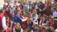 """5-вековен обичай в Добринище: """"Топене на китки"""" и търкаляне за здраве"""