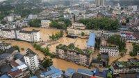 Над 70 000 души са в бедствен капан в Китай заради проливни дъждове