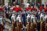 снимка 6 Нови швейцарски гвардейци положиха клетва за вярност към папата във Ватикана (Снимки)